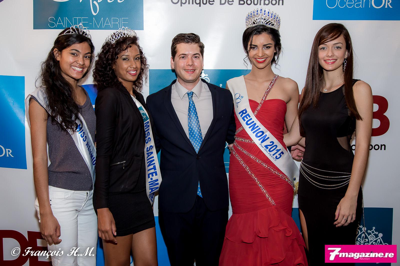 Grégoire Cordeboeuf, un homme heureux, entouré de Adeline Eclapier, Audrey Lebon, Azuima Issa et Morgane Lebon