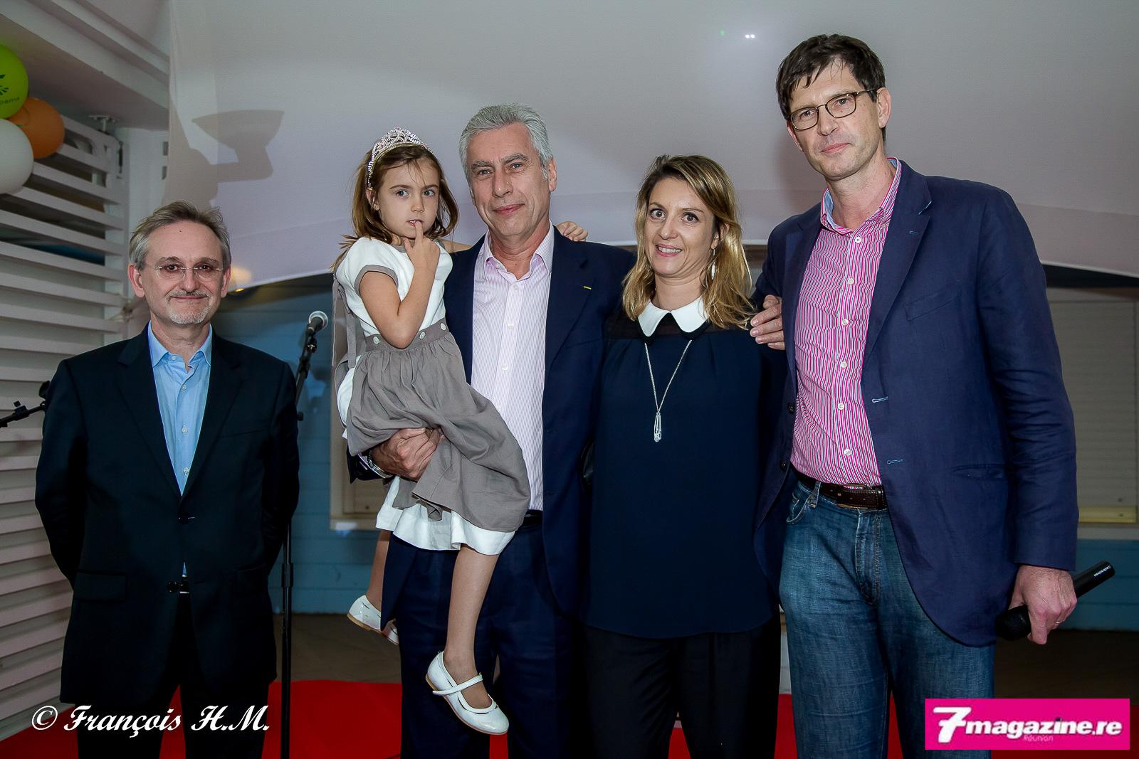 Alain Baudry, le directeur général de Groupama Océan Indien, Bernard Veber avec son épouse et leur fille, et Thierry Martel, directeur général de Groupama SA