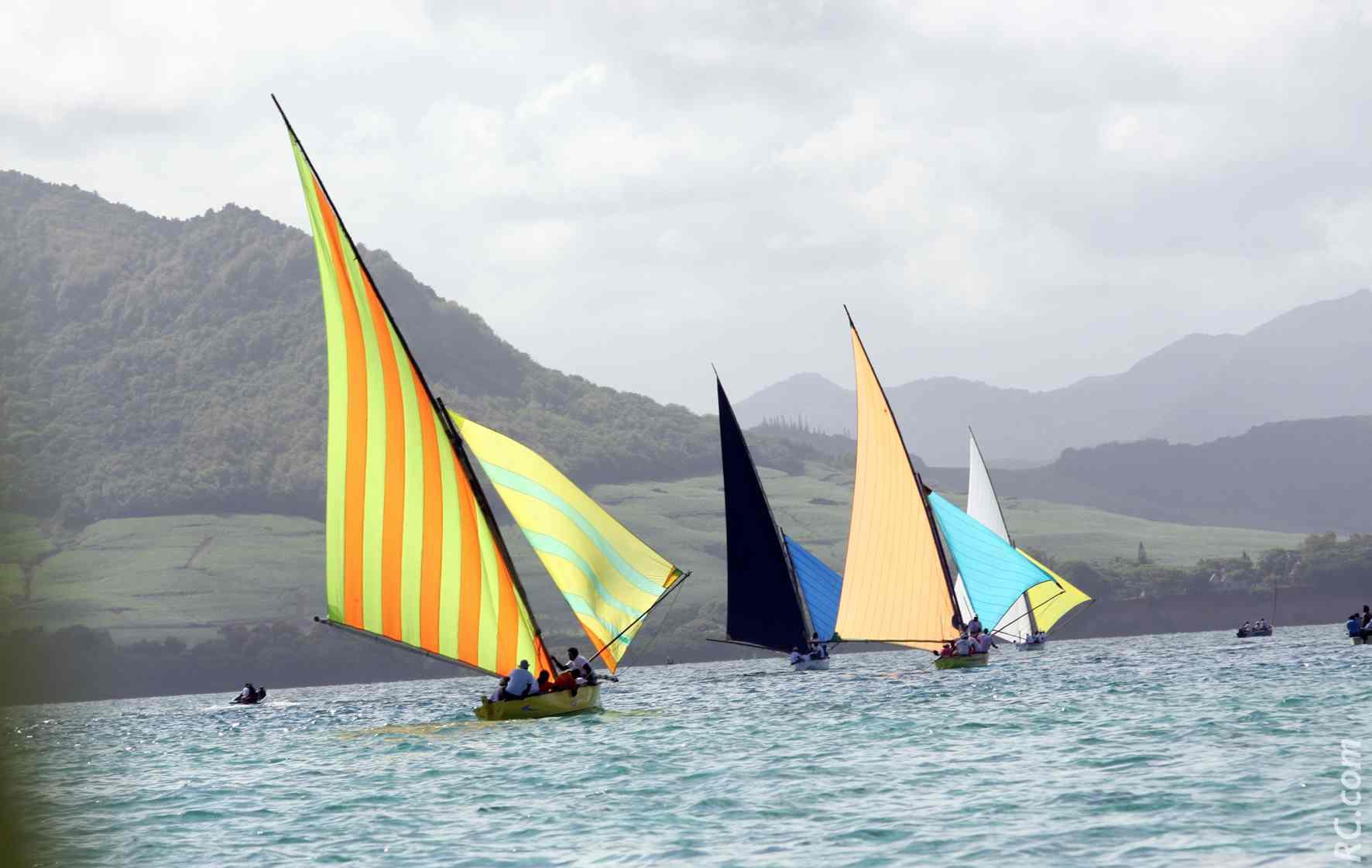 Des régates de voiliers dessinent un arc-en-ciel sur l'espace marin de Blue Bay