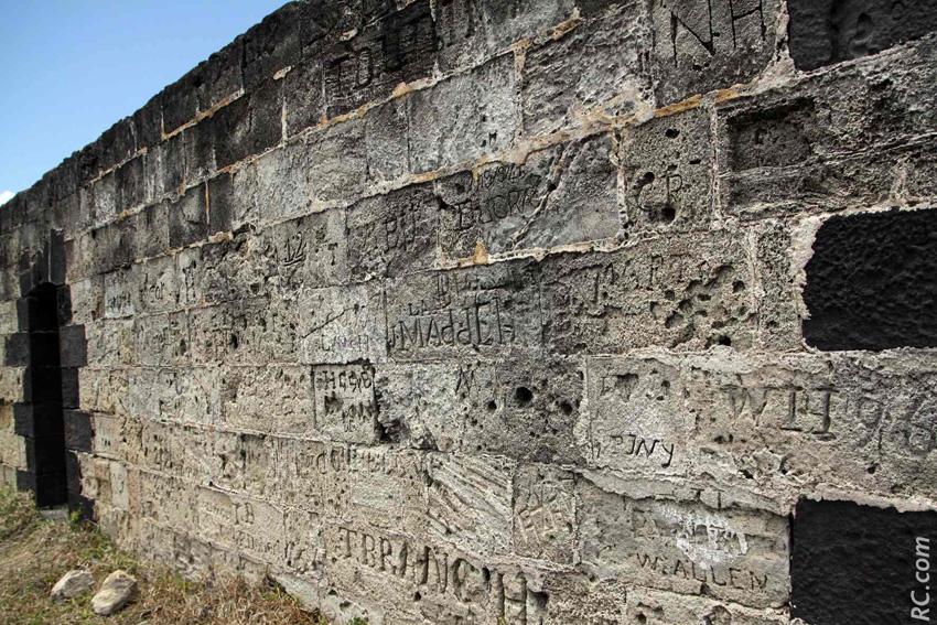 Des graffitis sur les murs qui ont dû aussi essuyer des impacts de balles