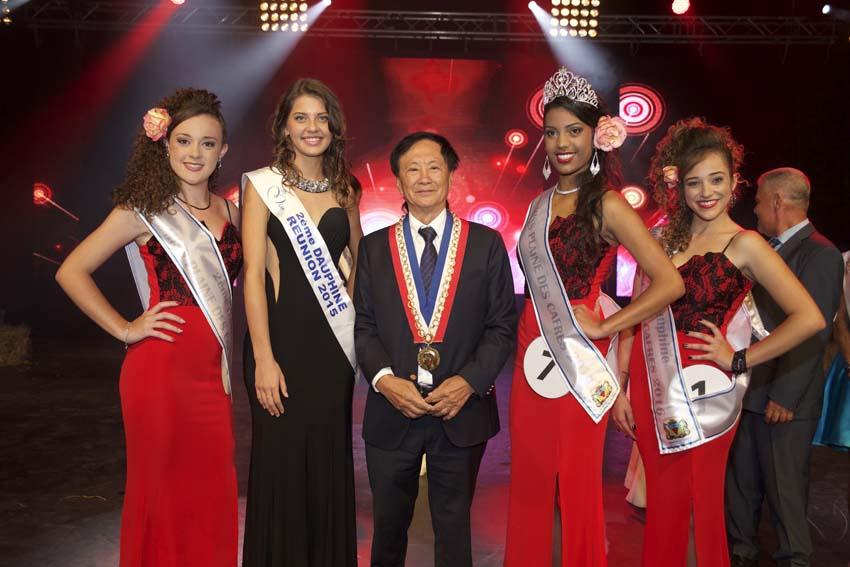 Coralie Boyer-Lallemand, 2ème dauphine, Floriane Gonthier, 2ème dauphine Miss Réunion 2015, André Thien Ah Koon, maire du Tampon, Sandrine Folio, Miss Plaine des Cafres 2016, et Alice Dijoux, 1ère dauphine