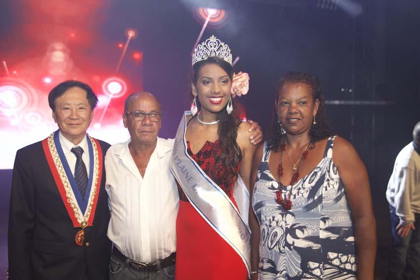 Le maire du Tampon avec les parents de Miss Plaine des Cafres