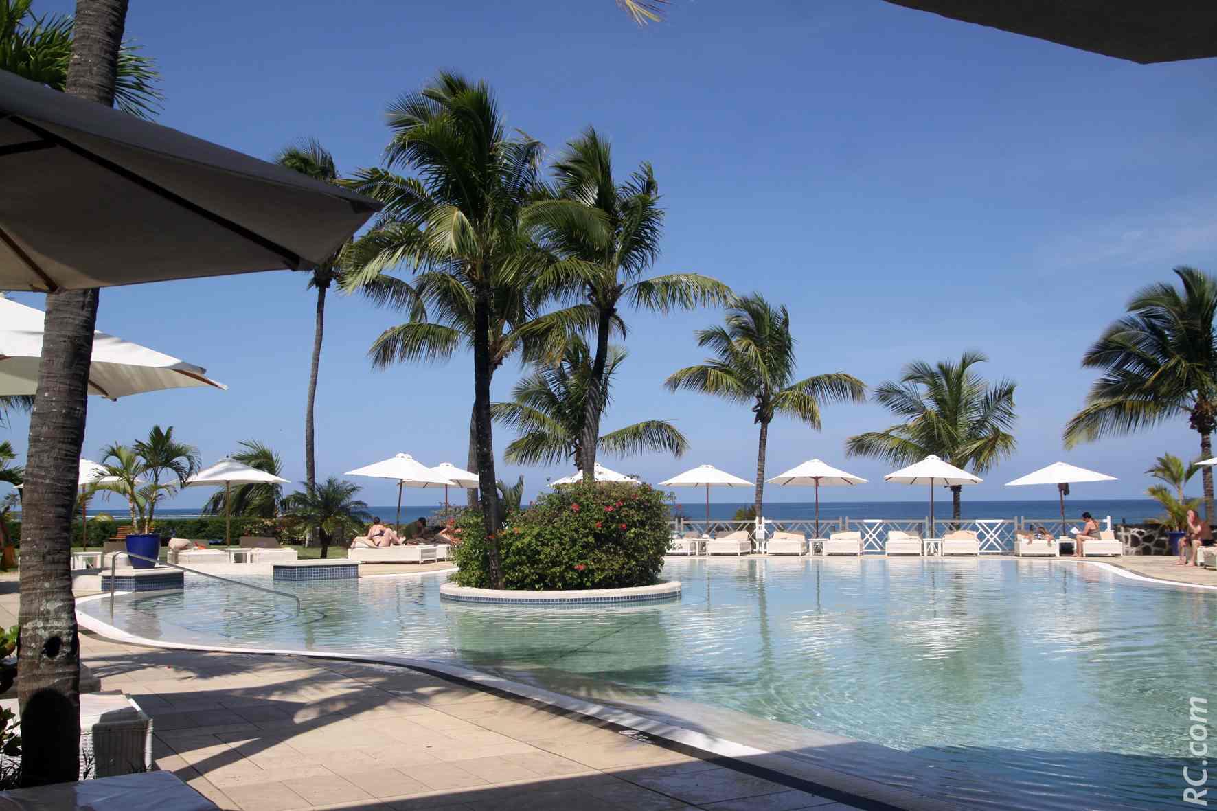 Calme et sérénité autour de la piscine avec vue sur l'océan.
