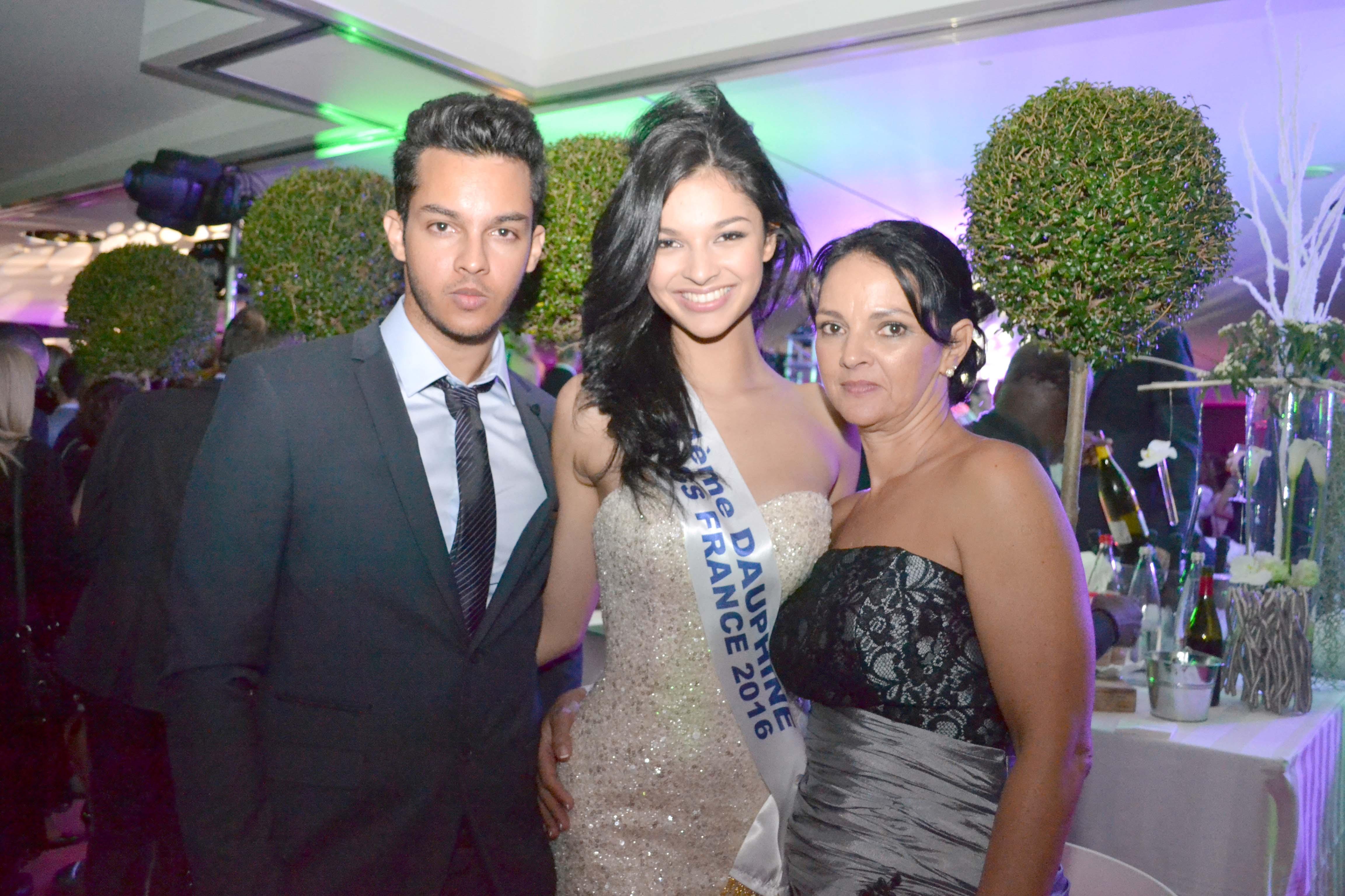 Azuima Issa entourée de son frère Wakil et de sa maman Claudia
