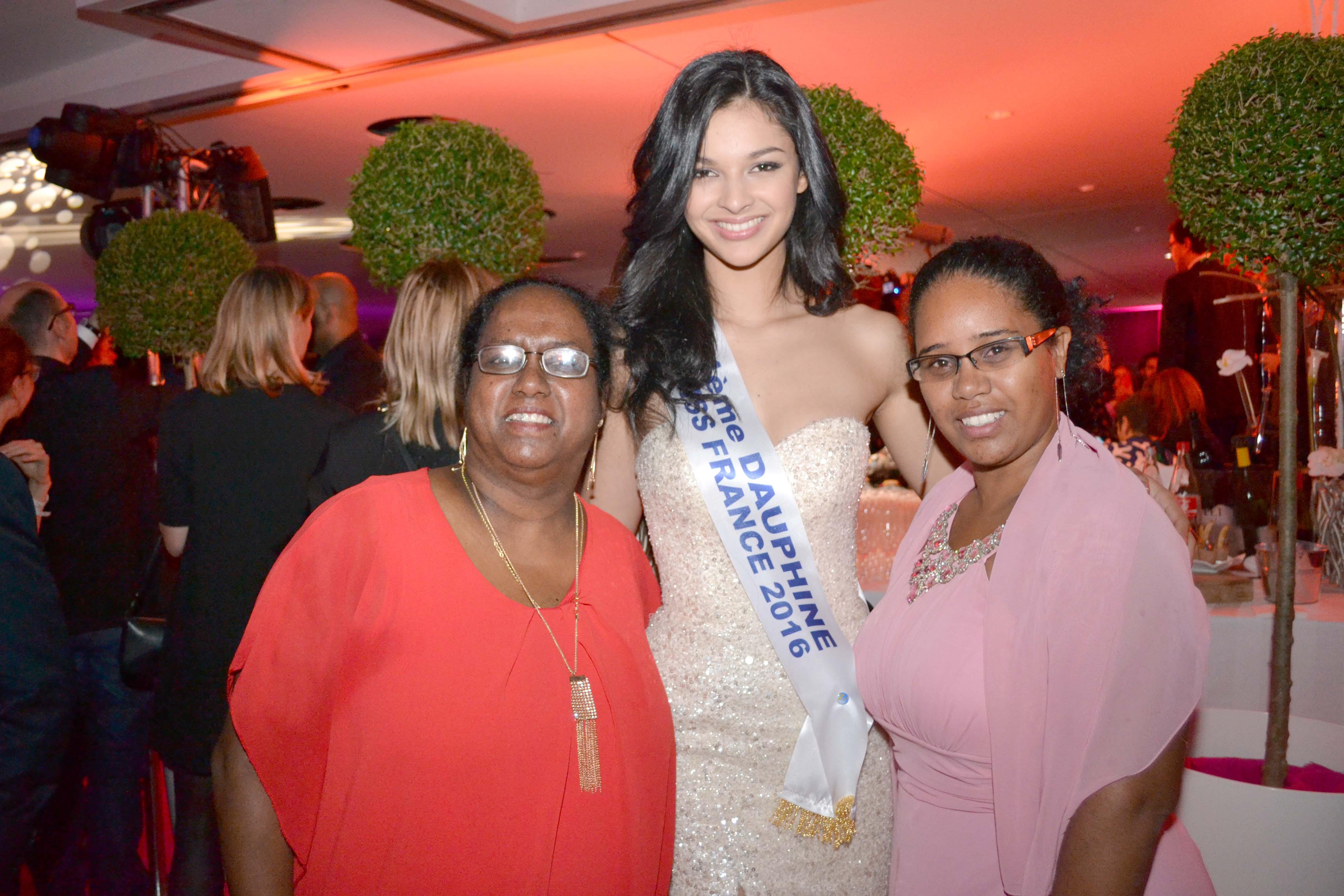 Azuima Issa avec Nathalie Damour et Ingrid Uyttenhove, gagnantes du jeu L'Oréal Réunion. Elles ont assisté à la finale Miss France tous frais payés, un superbe cadeau!