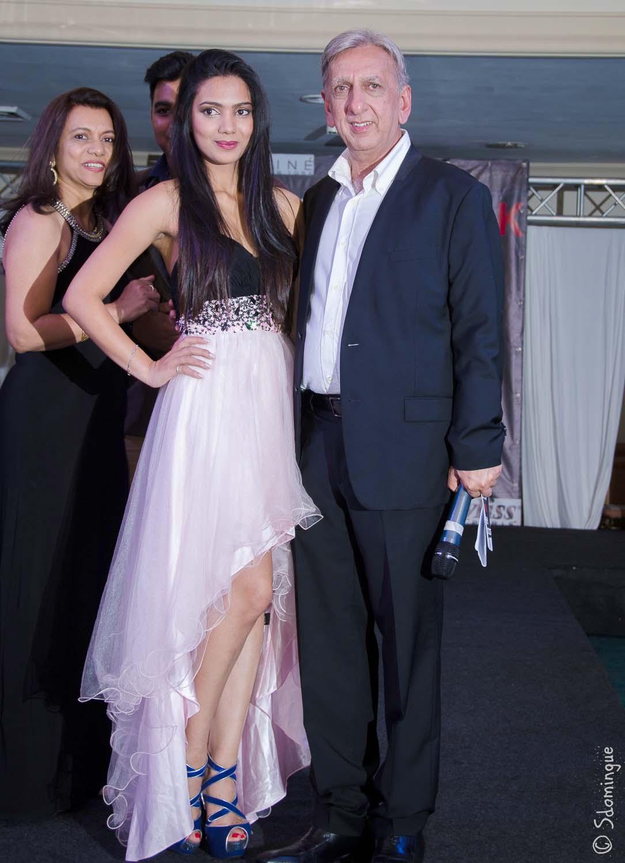 Malika avec Aziz Patel, présentateur de la soirée