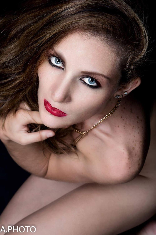 De beaux yeux bleus et un sourire magnifique, c'est Julie Grondin!