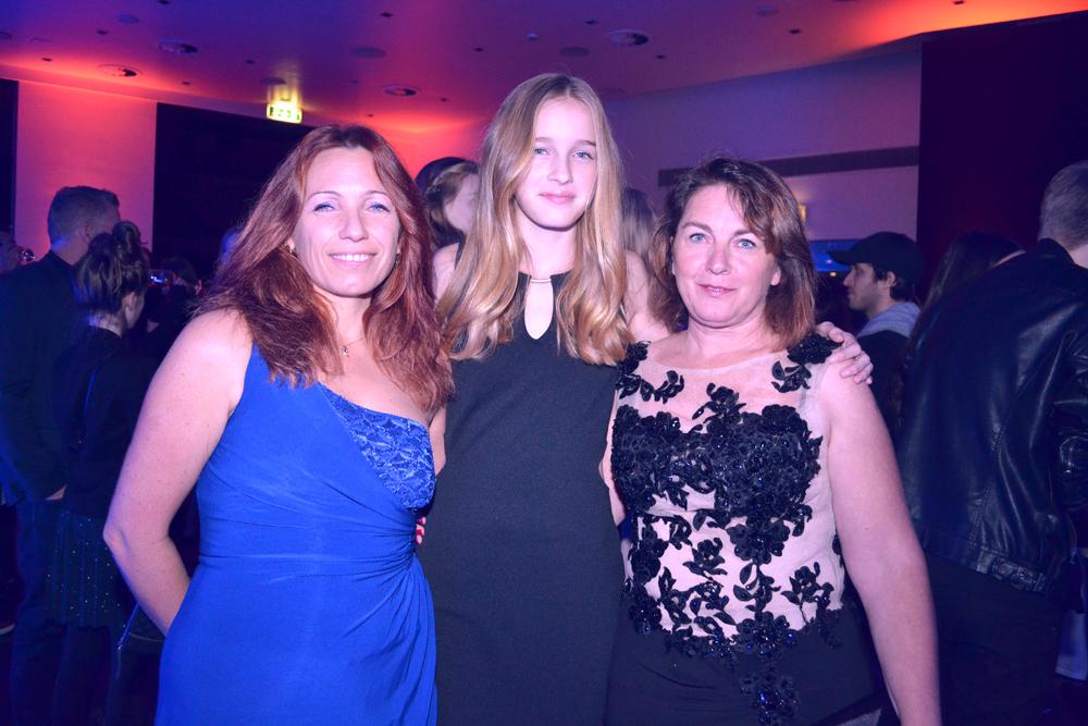 Léia avec sa mère et sa tante venues la soutenir