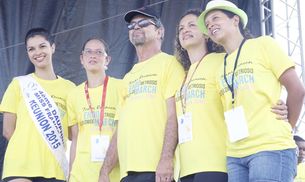 Daniel Pausé, le maire, en tenue de sport, aux côtés de ses filles et d'Azuima Issa
