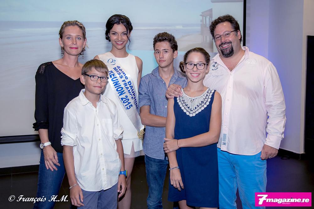 Alexandra et Yann Lefebvre avec leurs trois enfants et avec Miss Réunion