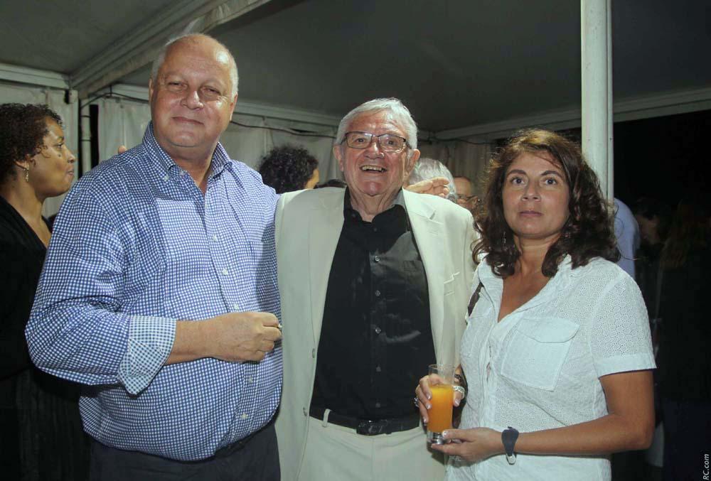Georges-André Hoarau, avocat, ancien élève de Roland Garros, avec son épouse et Mr André, ancien enseignant du lycée