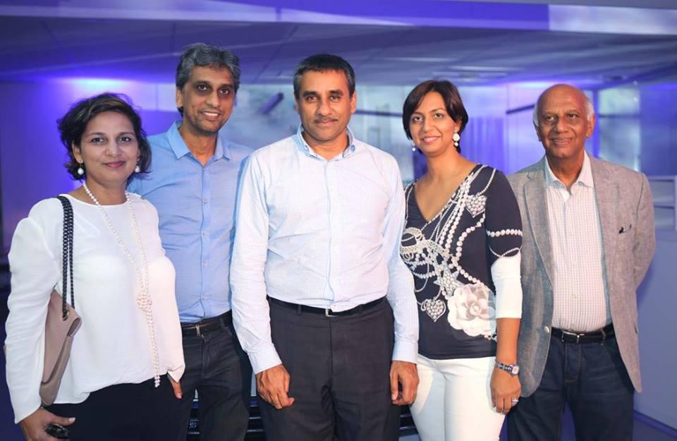 Zakaria Omarjee (au centre) avec la famille Locate