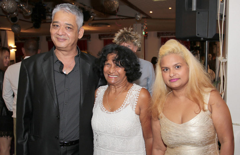 Noor Sayet, de Kiss Monthyon et membre du club, et son épouse Chrystalle, entourant une amie