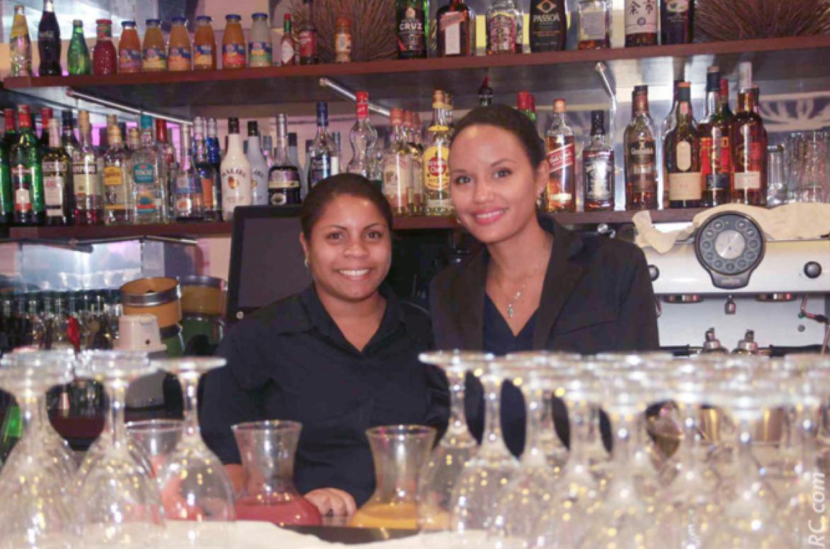 Du champagne au bar, servi avec le sourire!