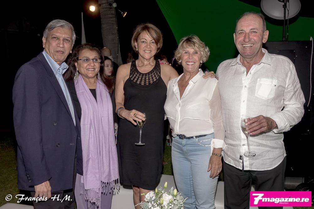 Brigitte Lauret de la Banque Privée BNP Paribas Réunion (au centre) entourée de Mr et Mme Boudhabhay et Mr et Mme Angeloz-Pessez