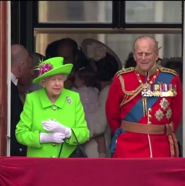 La Reine en vert fluo pour ses 90 ans