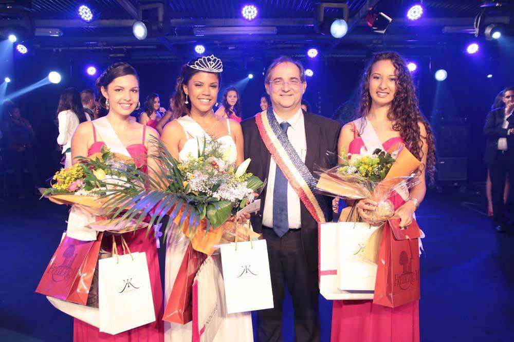 Lisa Payet, 1ère dauphine, Ericka Olivier, Miss Salazie 2016, Stéphane Fouassin, maire de Salazie, et Nely Bancala, 2ème dauphine