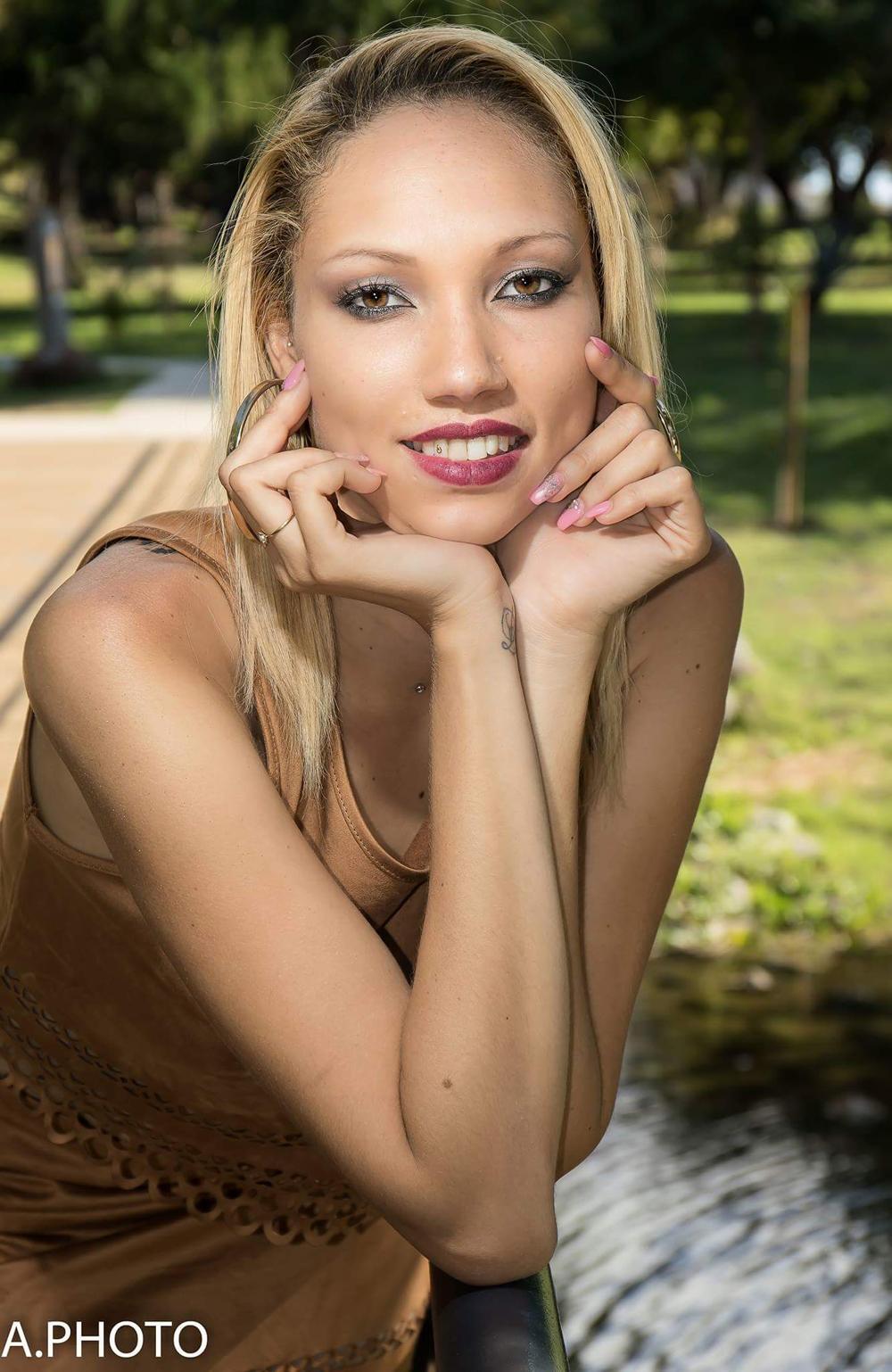Elle adore le maquillage...