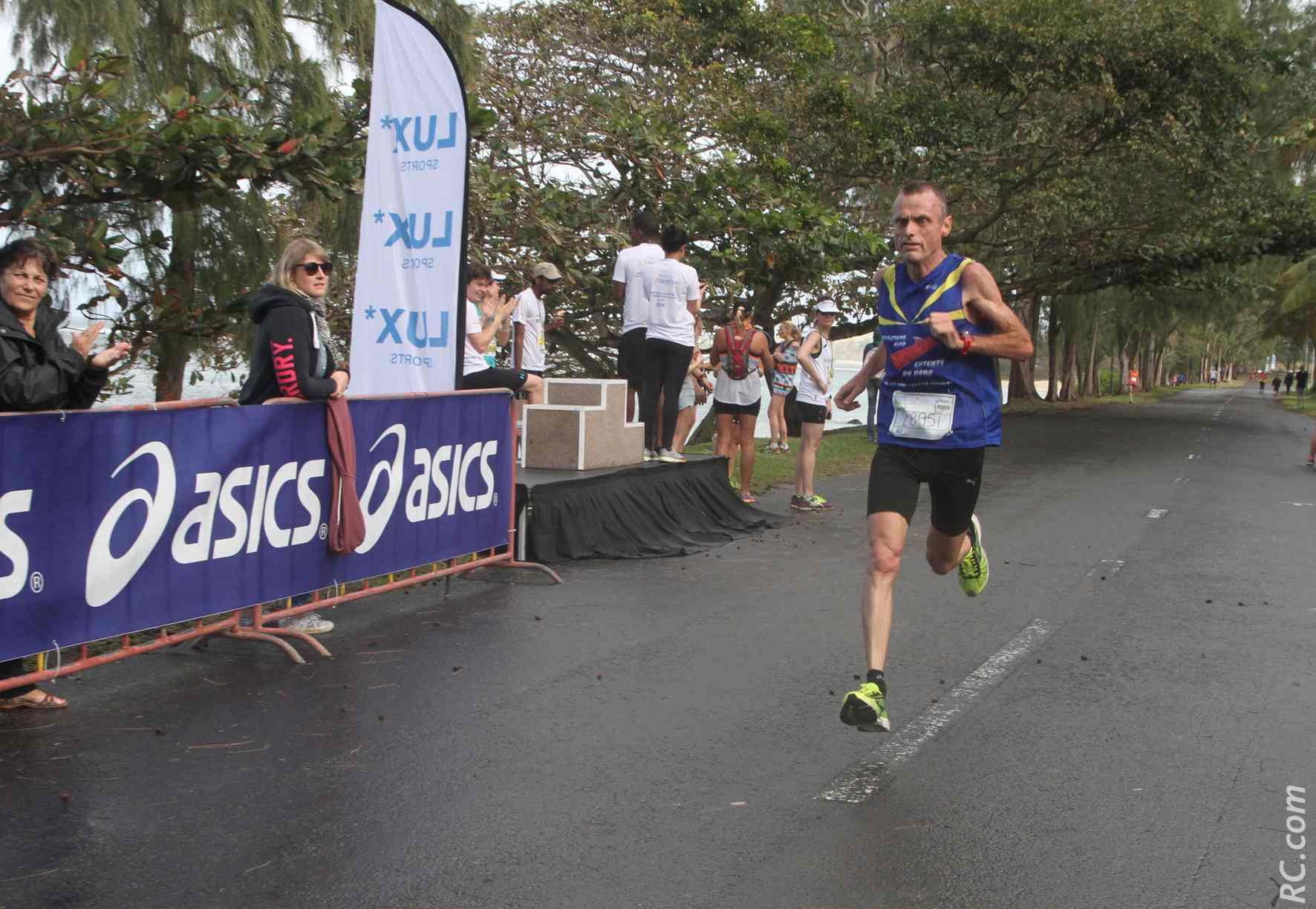 Encore quelques foulées et Arnaud Moël (Entente du Nord) remporte les 10 km