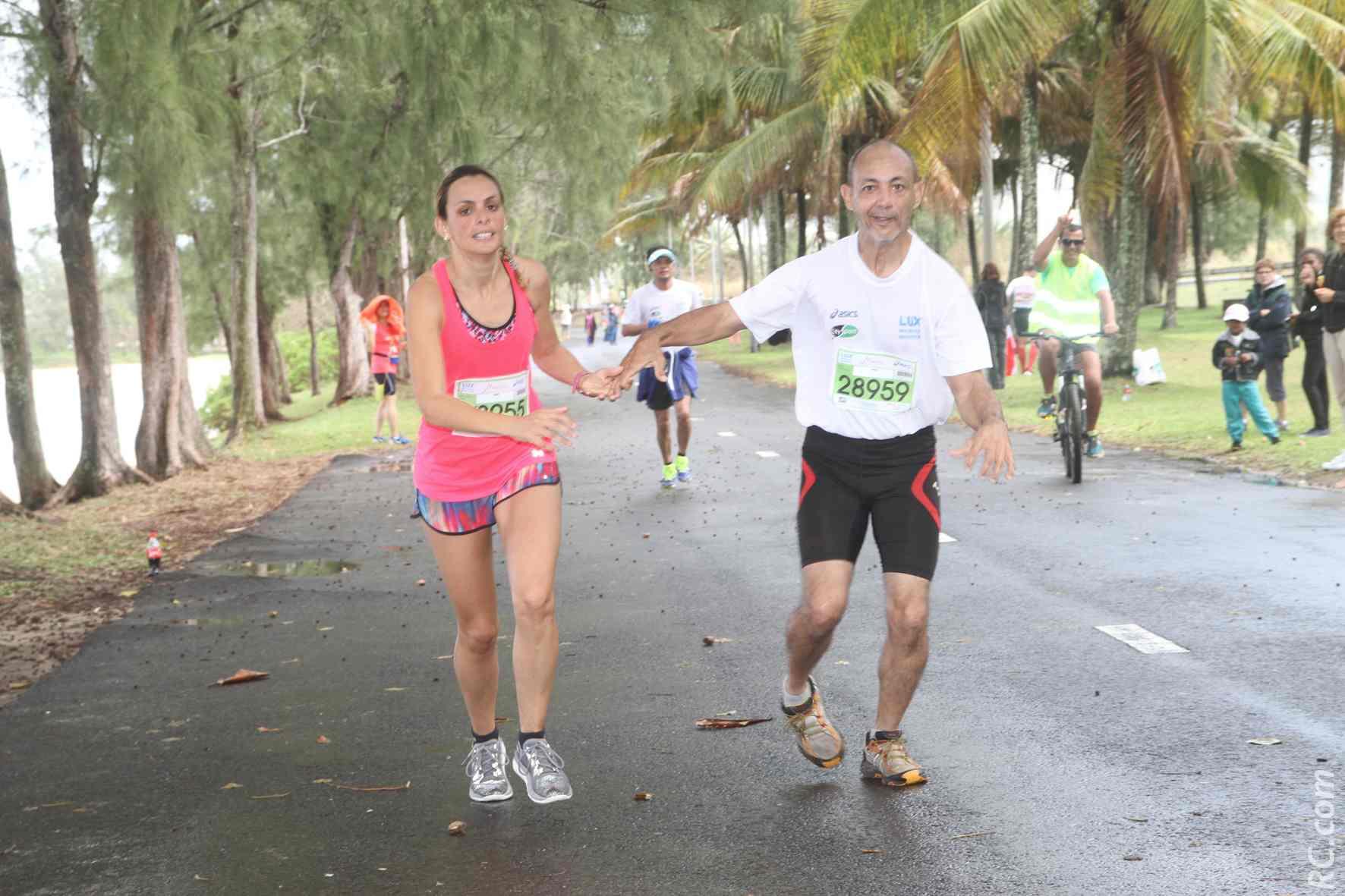 Le Réunionnais  handi-sportif Arnaud Huguet, bien escorté pour boucler ses derniers mètres