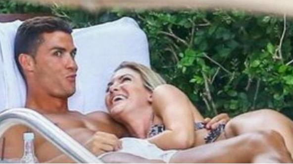 Ronaldo s'affiche avec une bombe blonde