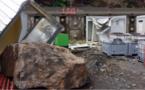 Un préfabriqué du chantier de la Nouvelle route du Littoral détruit par un bloc rocheux