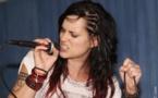 Jewly, la sexy rockeuse rebelle en concert