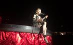 Madonna en larmes joue la vie en rose