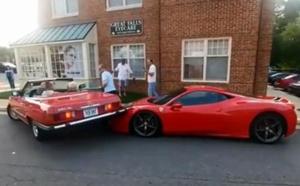 Créneau raté: elle chevauche une Ferrari!
