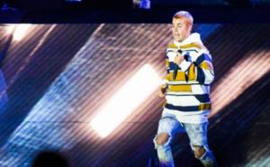 Avec la gueule de bois, Justin Bieber chante en playback...
