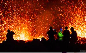 📷 Éruption : Des centaines de spectateurs dans l'enclos malgré l'interdiction