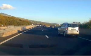 ▶️ Un fou du volant double par la droite et manque de provoquer un accident