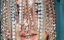 Des crochets implantés dans le crâne pour y accrocher des tresses en or